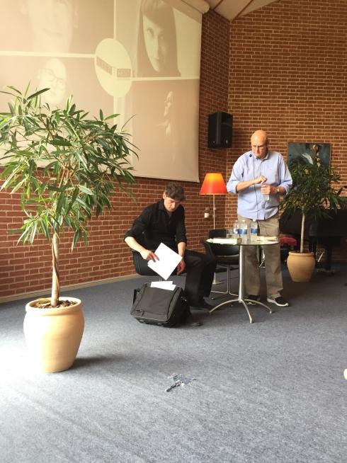 Frk. Borch anbefaler Jesper Wung Sung en anden gren